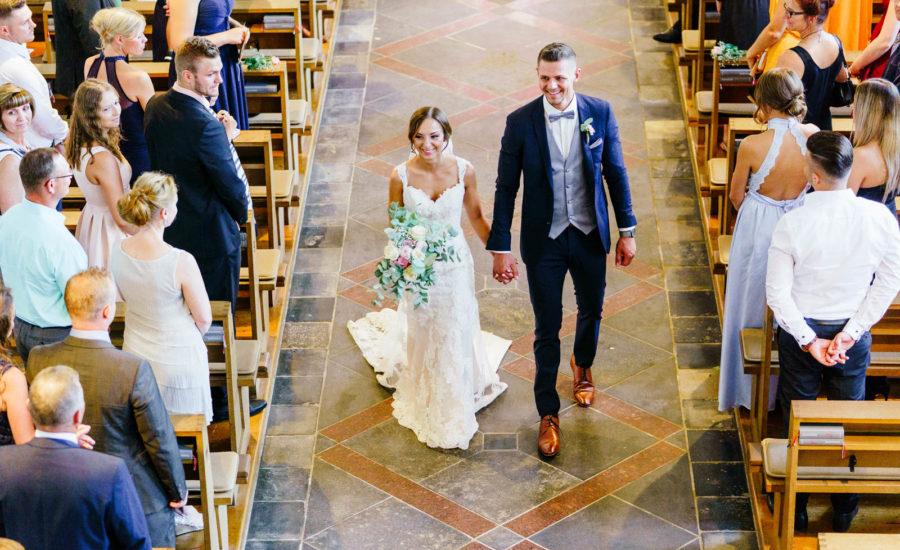 Brautpaar in der Kirche, Freie Trauung, First Look oder Fotoshooting in Schloß Bloemendal! Heiraten in Kasteel Bloemendal ist wunderschöne Kulisse für eine schönere Hochzeit! Nach der Suche der perfekte Hochzeitsort? Schloss Kasteel Bloemendal in Vaals Aachen der perfekte Hochzeitslocation! Kirchliche Trauung in Düren Aachen NRW! Schloss Burgau ist der perfekte Hochzeitslocation! Kasteel Bloemendal für eine freie Trauung!  Ob kleiner Hochzeitsfeier oder doch ein größeres Gesellschaft! Hochzeitslocation Schloss Burgau Kasteel Bloemendal bieten viele Möglichkeiten!